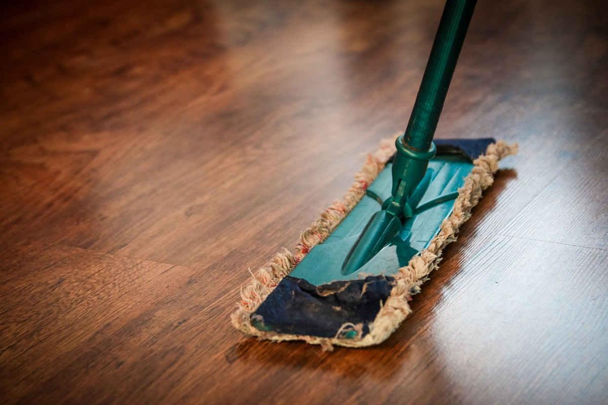Domowe sposoby na mycie drewnianej podłogi