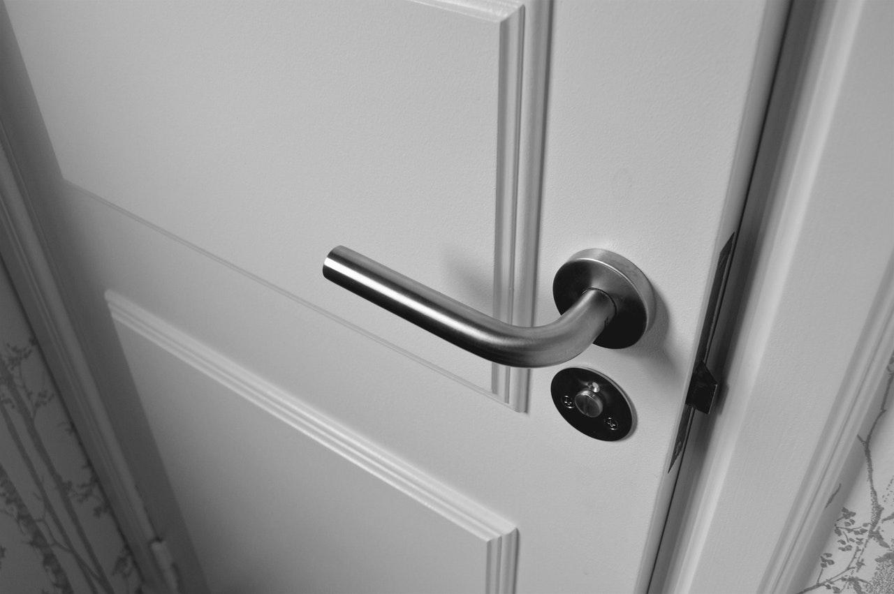 Jakie drewniane drzwi wewnętrzne pasują do nowoczesnego wnętrza?